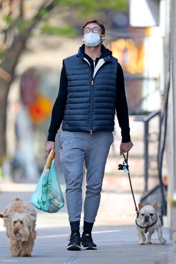 Bár a képen annyira nem látszik, higgye el nekünk, szájmaszk nélkül ez az ausztrál férfi egy igazi szívtipró