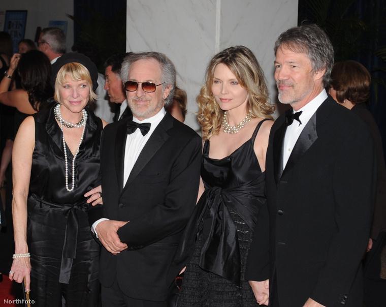 Stephen Spielberg és feleséege, Kate Capshaw sétált a fenti képen, társaságuk pedig Michelle Pfeiffer volt