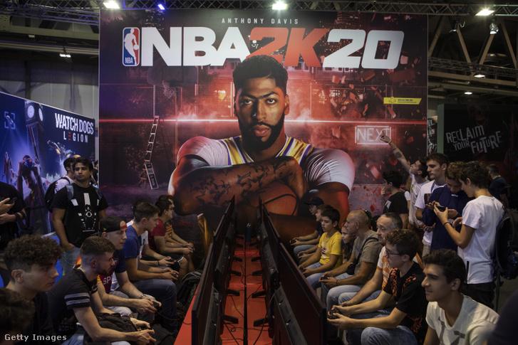 Érdeklődök NBA 2K20-at játszanak a PS4 PlayStation standon a 2019-es milánói Milan Games Week-en