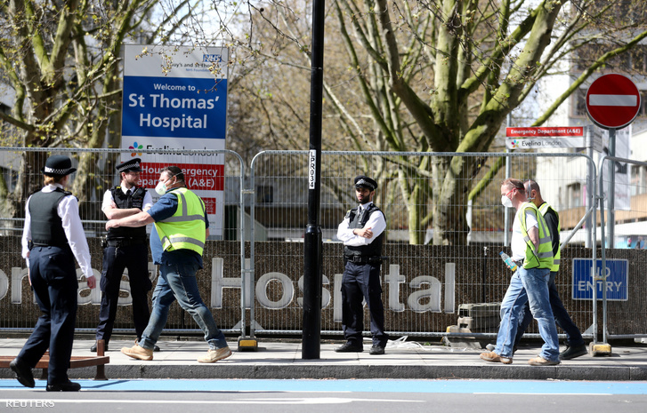 A londoni St.Thomas' Kórház előtt őrködnek rendőrök 2020. április 6-án. Ide szállították be az előző este kivizsgálásra Boris Johnson brit miniszterelnököt, akinek a szervezetében március 27-én mutatták ki az új koronavírust.