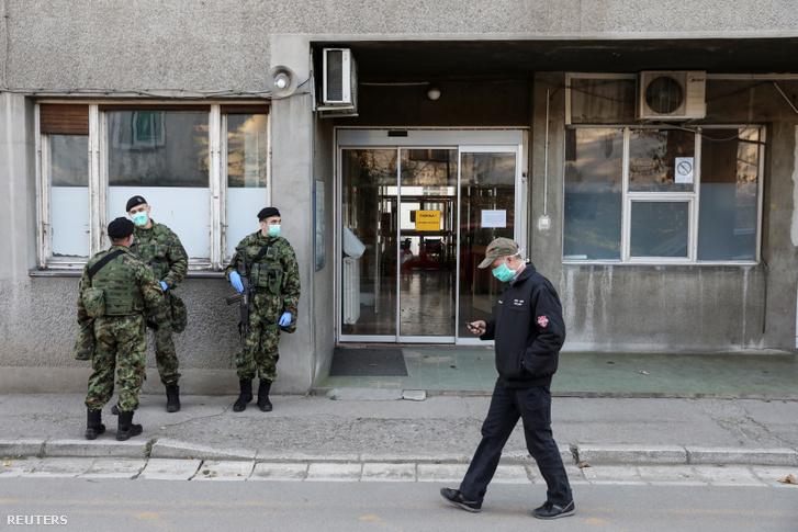 A szerb hadsereg védőmaszkot viselő katonái a belgrádi infektológiai klinika előtt 2020