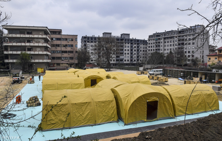 Az új koronavírus okozta betegségben szenvedőknek állítanak fel sátorokból 130 ágyas szükségkórházat katonák az észak-macedóniai főváros Szkopje fertőző betegeket kezelő egyetemi klinikája mellett 2020. március 31-én.