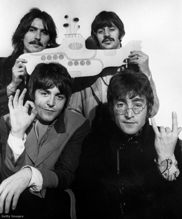 George Harrison, Ringo Starr, Paul McCartney és John Lennonegy Yellow Submarine papírfigurávalreklámozza az albumhoz kapcsolódó animációs filmet.