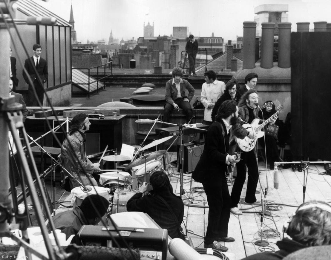 A Beatles utolsó, tetőtéri, élő koncertje a 1969. január 30-án Londonban. A háttérben jobbra Yoko Ono ül.