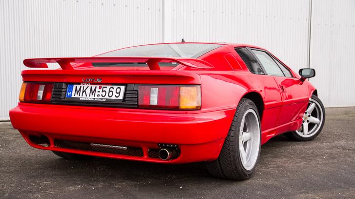 Lapos és széles (1880 mm), ráadásul piros. Nem csoda, hogy Ferrarizzák rendszeresen.