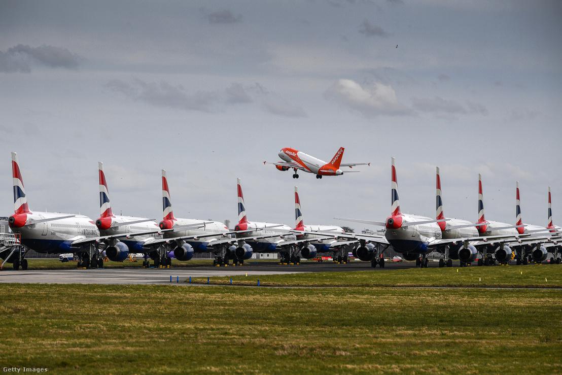 Parkoló repülőgépek a glasgow-i repülőtéren 2020. március 21-én