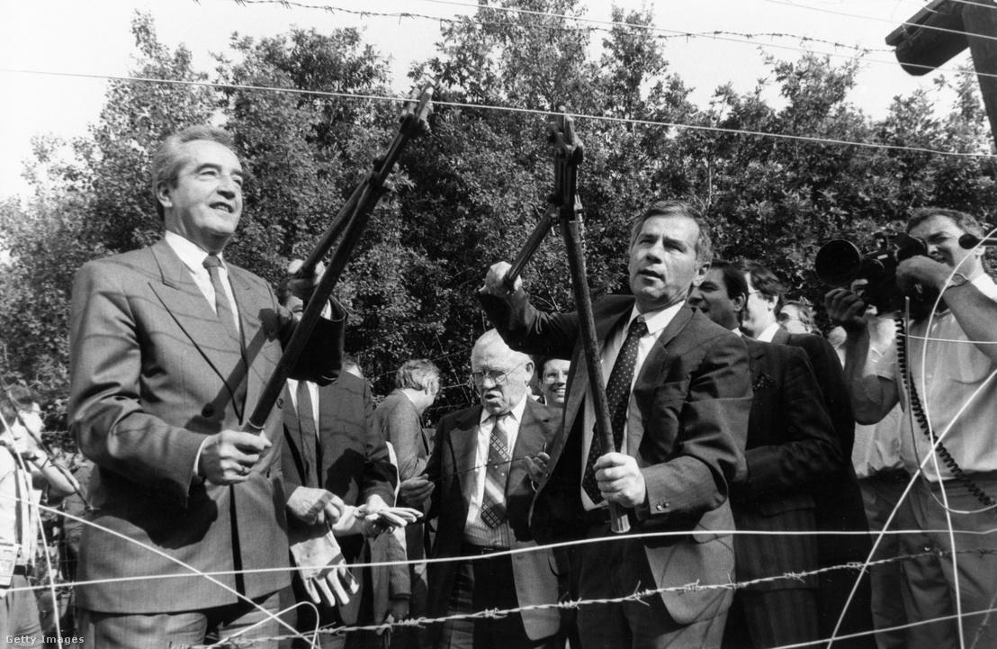 Alois Mock osztrák külügyminiszter és Horn Gyula magyar külügyminiszter bontják a város határában húzódó műszaki határzárat 1989. június 27-én.