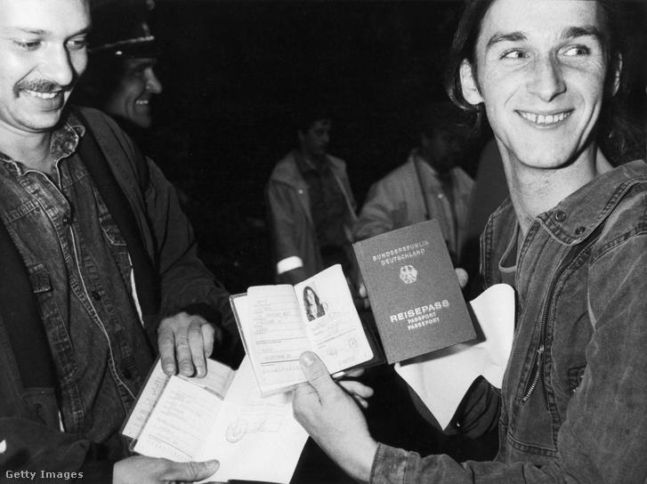 Kelet-német férfiak mutatják az útlevelüket a soproni határátkelőnél a határ megnyitása után.