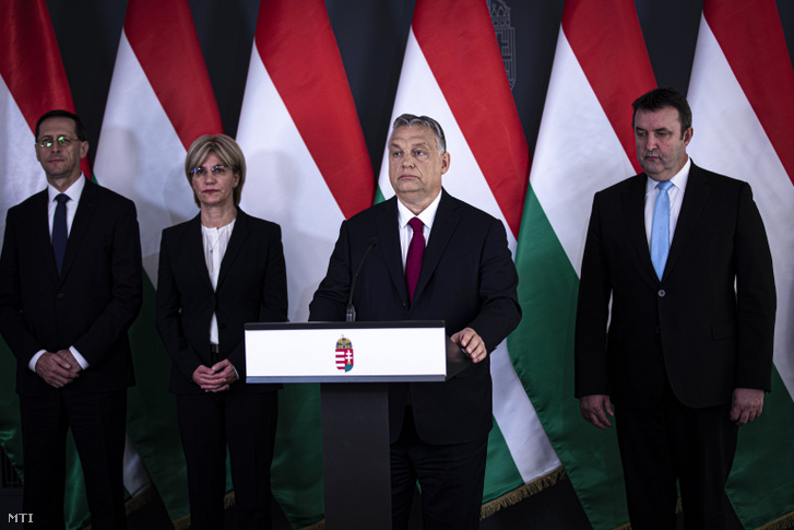 Orbán Viktor bejelentést tesz Budapesten 2020. április 6-án. A kormányfő mögött Varga Mihály, Mager Andrea és Palkovics László (b-j).