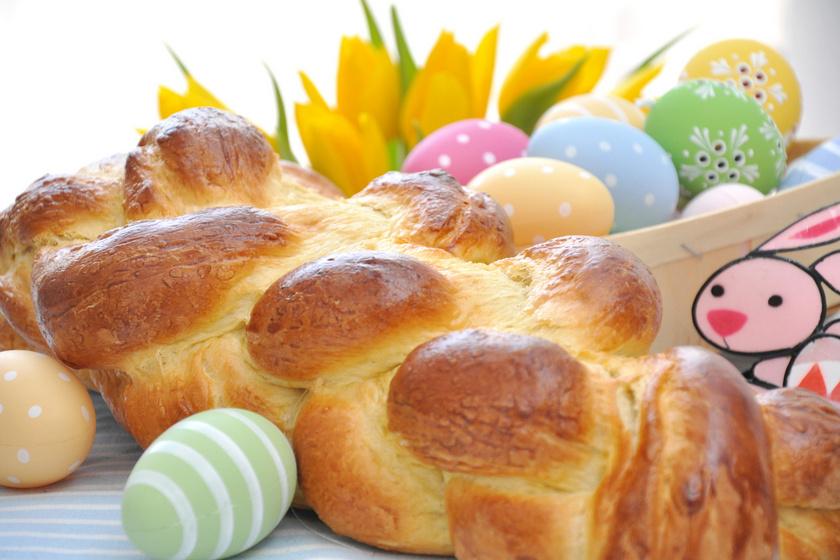 A húsvéti asztal dísze is lehet a békebeli foszlós kalács. Mi lenne, ha idén te sütnéd a mutatós péksütit? Vannak, akik húsvétra sósan készítik, vagy az édes tésztát megtöltik. Persze elkészítheted hármas vagy négyes fonással is.