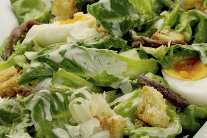 Klasszikus Cézár-saláta húsvéti kiadásban – Maradékmentésnek sem utolsó