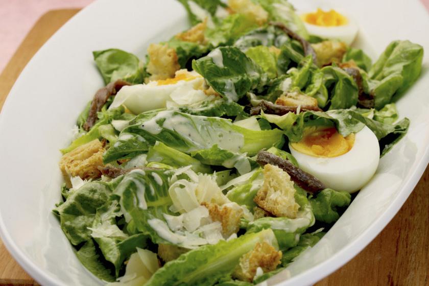 cézár saláta tojással recept