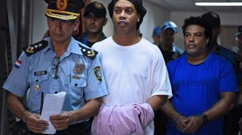 Ronaldinho egyelőre nem szabadulhat a börtönből a járvány miatt