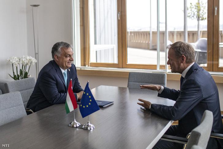 Orbán Viktor Donald Tuskkal egyeztet Brüsszelben a Tanács székházában a rendkívüli EU-csúcsértekezletet megelőzően 2019. május 30-án.