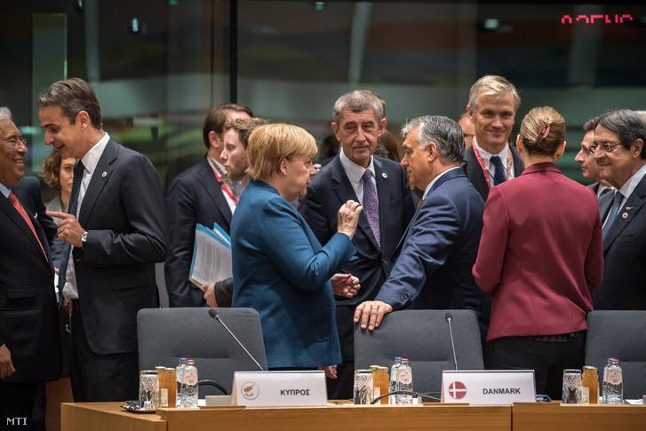 Orbán Viktor Angela Merkel német kancellárral az Európai Unió brüsszeli csúcstalálkozóján 2019. október 18-án. Középen Andrej Babis cseh miniszterelnök.
