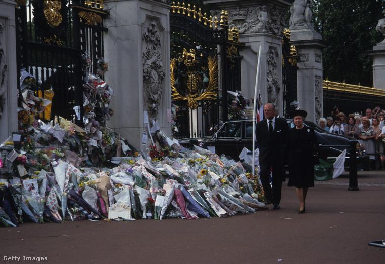 Bár Diana a halálakor már nem volt a királyi család tagja, az angolok töretlen lelkesedéssel bálványozták őt. Éppen ezért is került kényes helyzetbe II. Erzsébet, hogyan is lenne illendő végső búcsút venniük tőle. A királynő végül a tévében mondott rendkívüli gyászbeszédet, a gyászszertartását a Westminster Abbeyban tartották meg. A Buckingham palota kerítésénél tornyokban álltak a virágok, melyeket az alattvalók vittek oda, hogy kifejezzék bánatukat és végső búcsút vehessenek szeretett hercegnőjüktől.