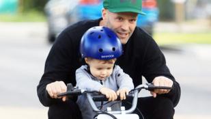 Cukiság: Enrique Iglesias kéthónapos kislányát táncoltatja, Jason Statham kisfiával motorozik