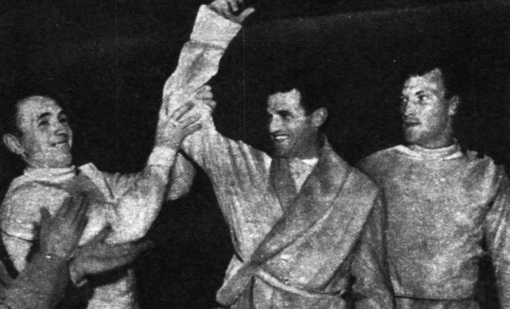 """""""Pawlowski, a legyőzött nagy ellenfél a magasba emeli Kárpáti jobbját. A másik oldalon a szovjet Kuznyecov, a verseny harmadik helyezettje."""""""