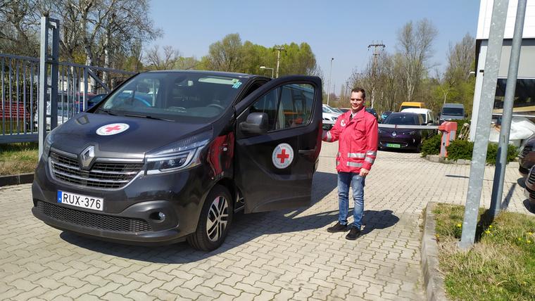 A Renault Hungária a Magyar Vöröskereszten és az újpesti önkormányzaton keresztül segít most átadott autókkal