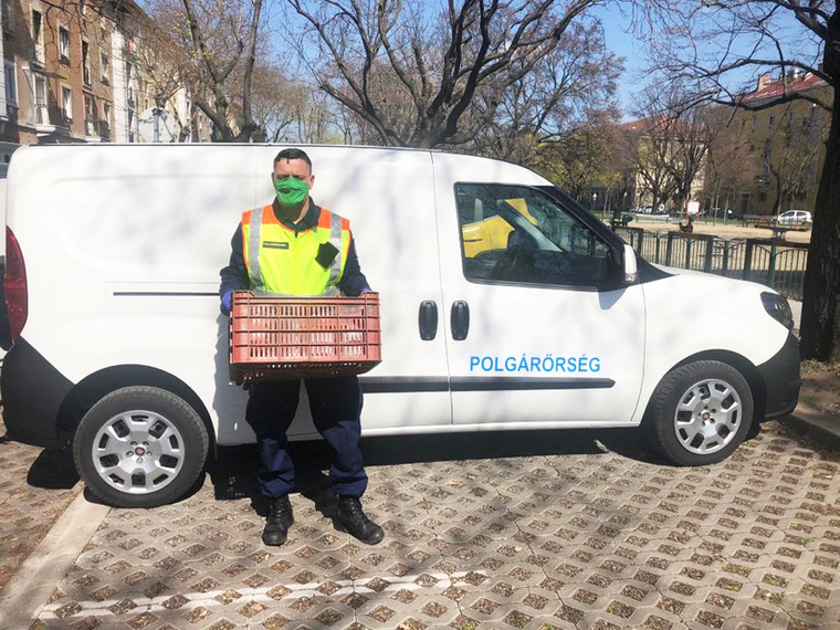 Zuglóban a helyi polgárőrség munkatársai például az FCA autói segítségével keresik fel otthonaikban és látják el élelmiszerrel, gyógyszerrel a kerület idős, nyugdíjas korú lakóit.