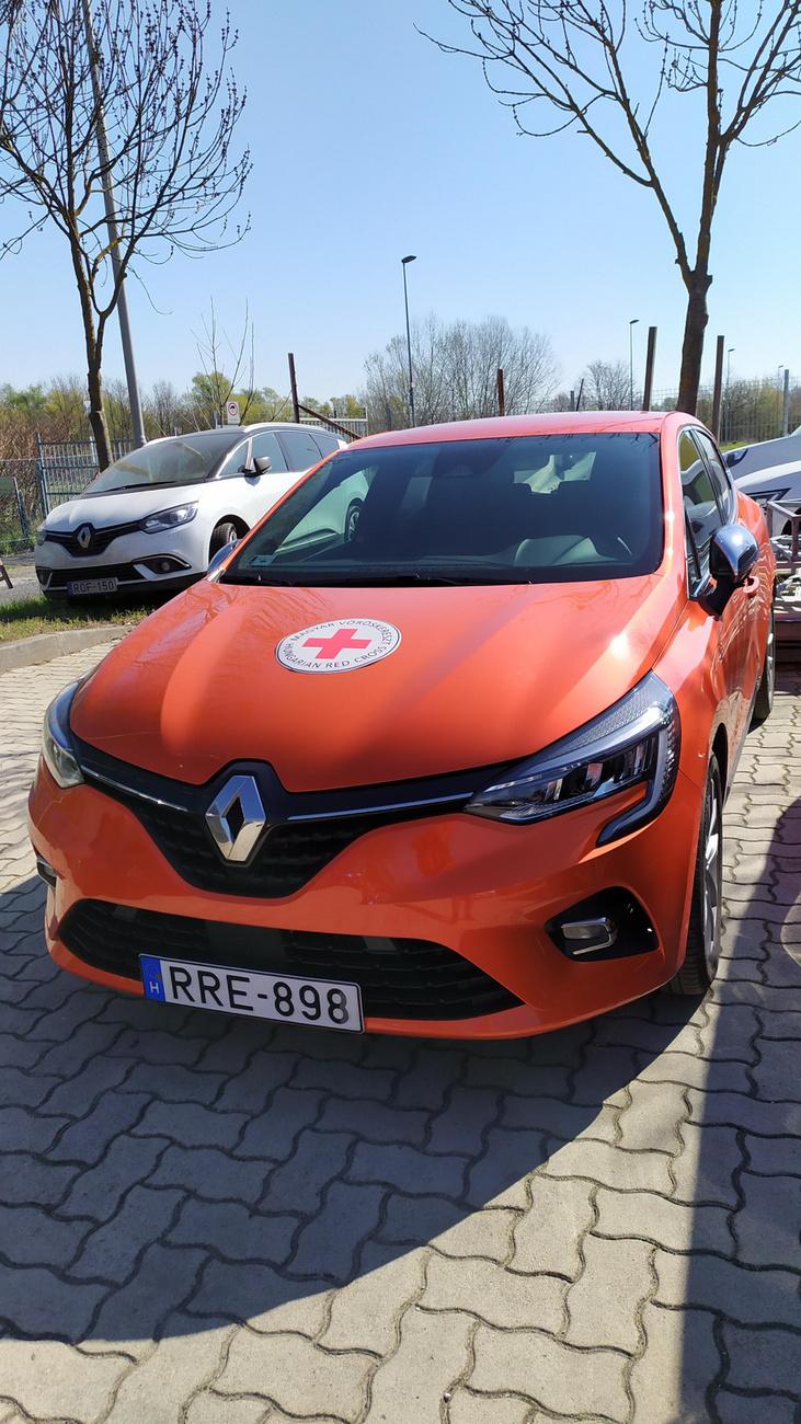 A rászorulók segítése mellet a Vöröskereszt a Renault autóit a már levett koronavírus-tesztek szállítására használja a vidéki városok és tesztközpontok között.