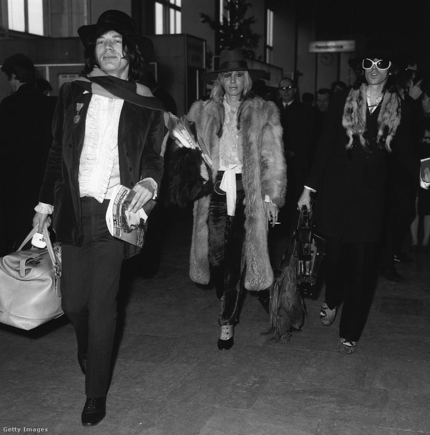 Egy híres groupie, Anita Pallenberg Mick Jagger és Keith Richards társaságában.