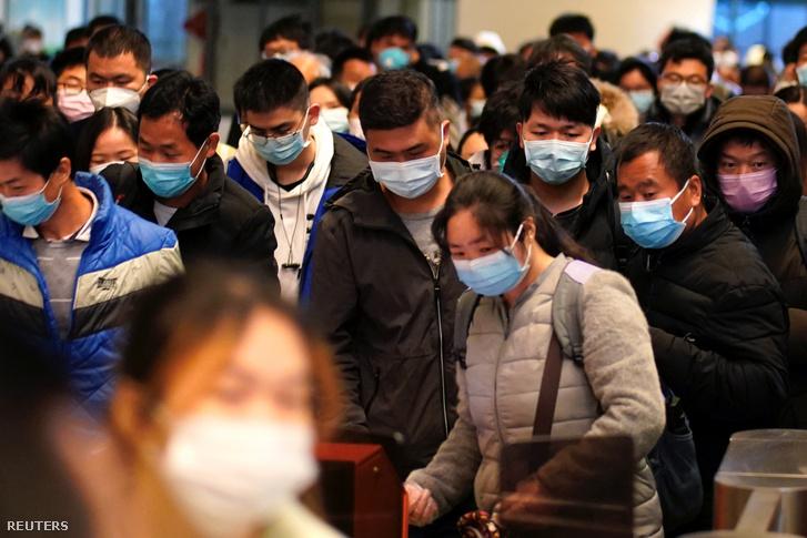 Emberek érkeznek a vuhani vonatállomásra az első napon, amikor újraindult a vasúti közlekedés a koronavírus-járvány óta 2020. március 28-án