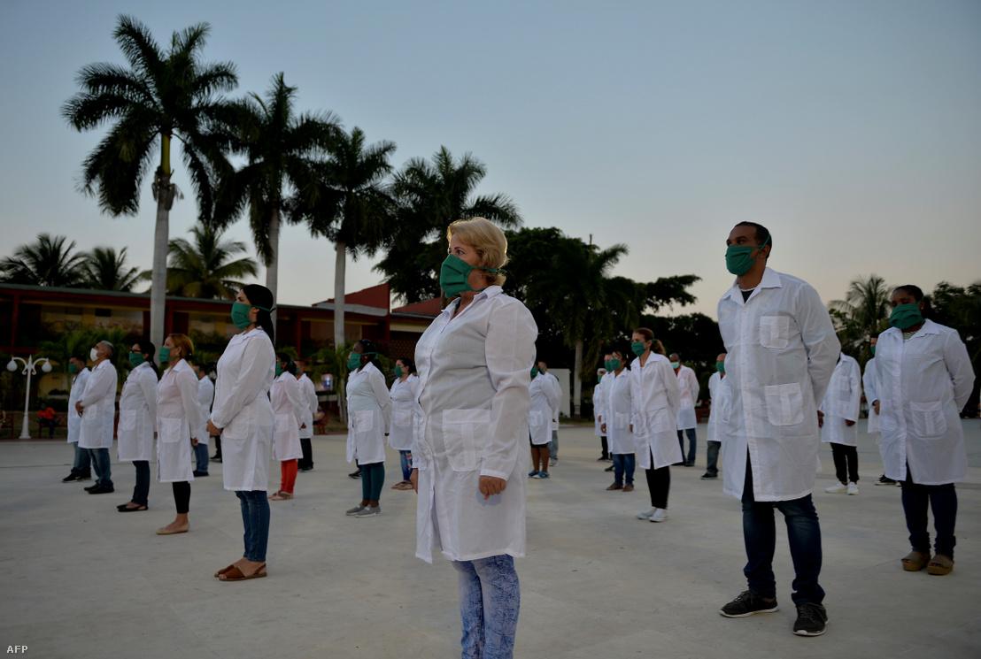 A kubai Henry Reeve Nemzetközi Orvosi Brigád orvosai és ápolói részt vesznek a havannai búcsúztató ünnepségen, mielőtt Andorrába utaznának, hogy segítsenek a koronavírus-járvány elleni küzdelemben 2020. március 28-án