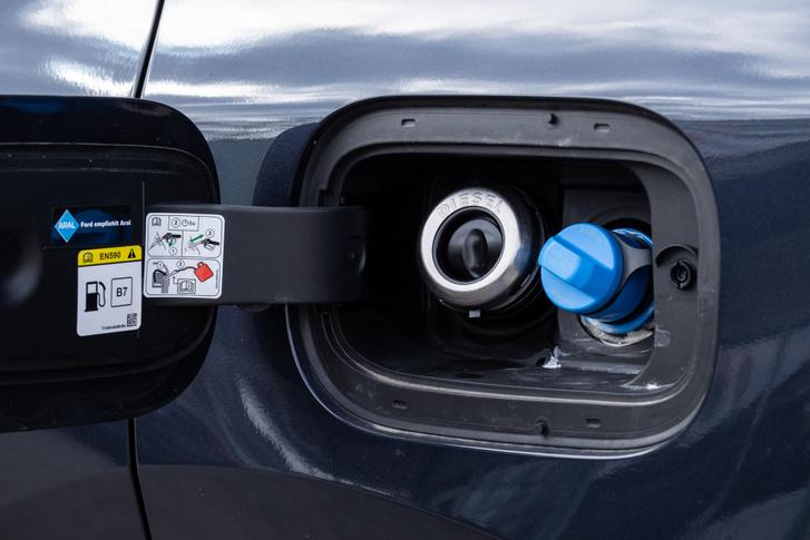 A Ford zseniális, összekeverhetetlen töltőrendszere. És az AdBlue-betöltő