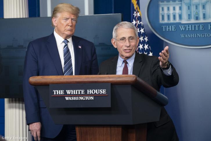 Anthony Fauci (jobbra) és Donald Trump a koronavírusról szóló sajtótájékoztatón Washingtonban 2020. április 5-én