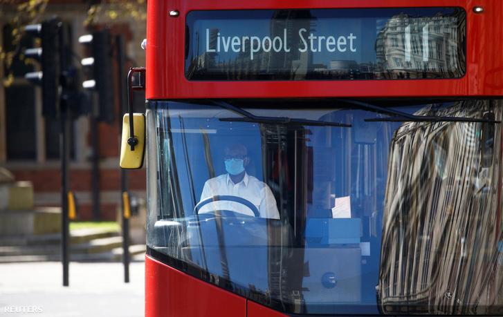 Londoni buszsofőr arcmaszkban 2020. április 5-én