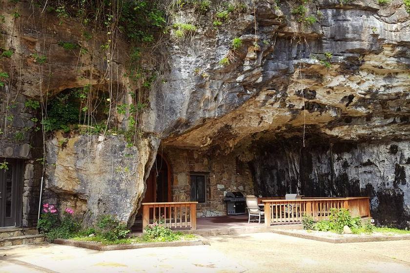 Már a barlanghotel bejárata is különleges egy hagyományos cseppkőbarlanghoz képest, hiszen ilyen helyeken nem igazán látni kis teraszt és grillsütőt belépés előtt.