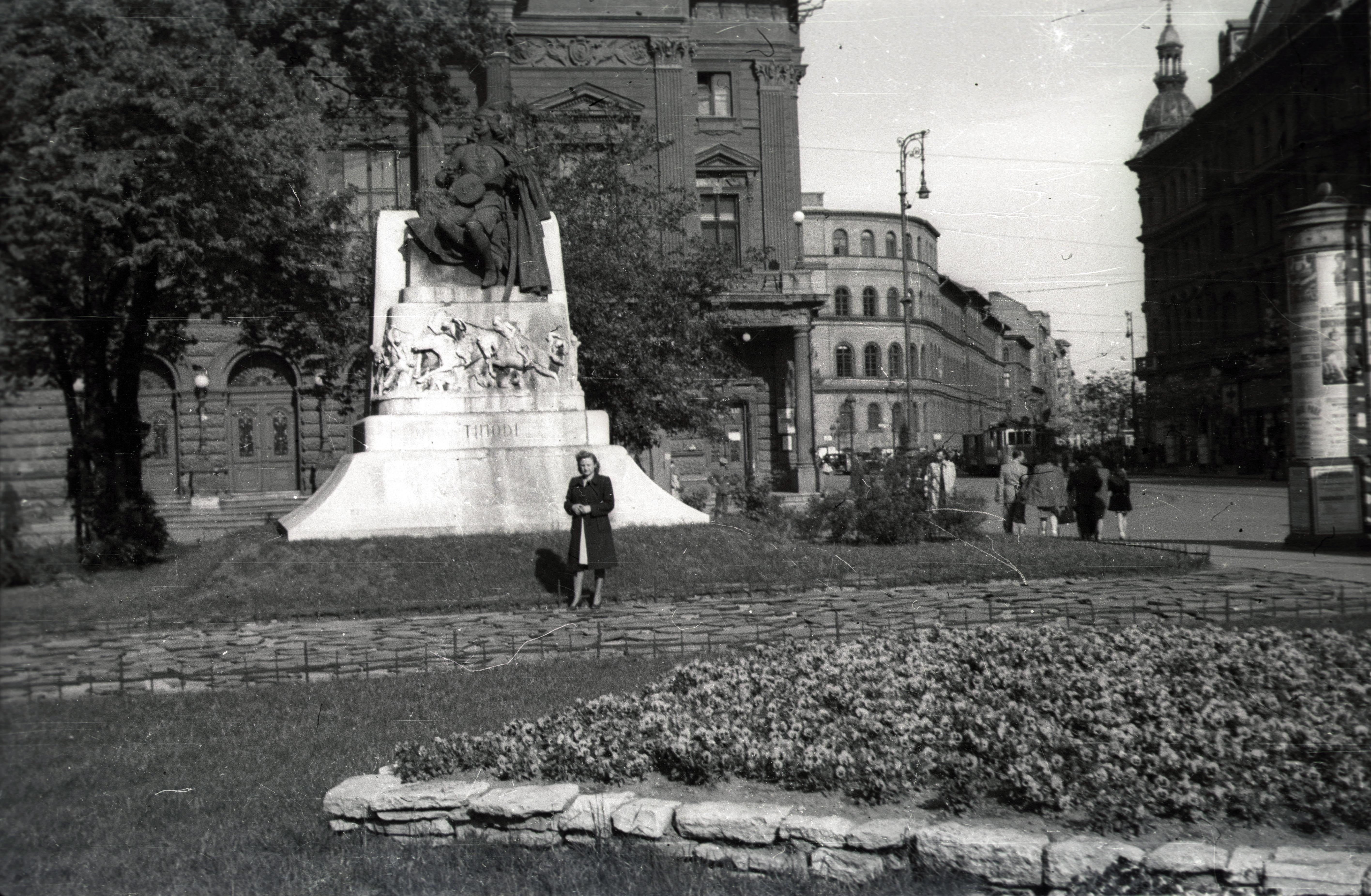 A fotón Tinódi Lantos Sebestyén szobra áll egy köztéren. Hogy hívják a teret ma?