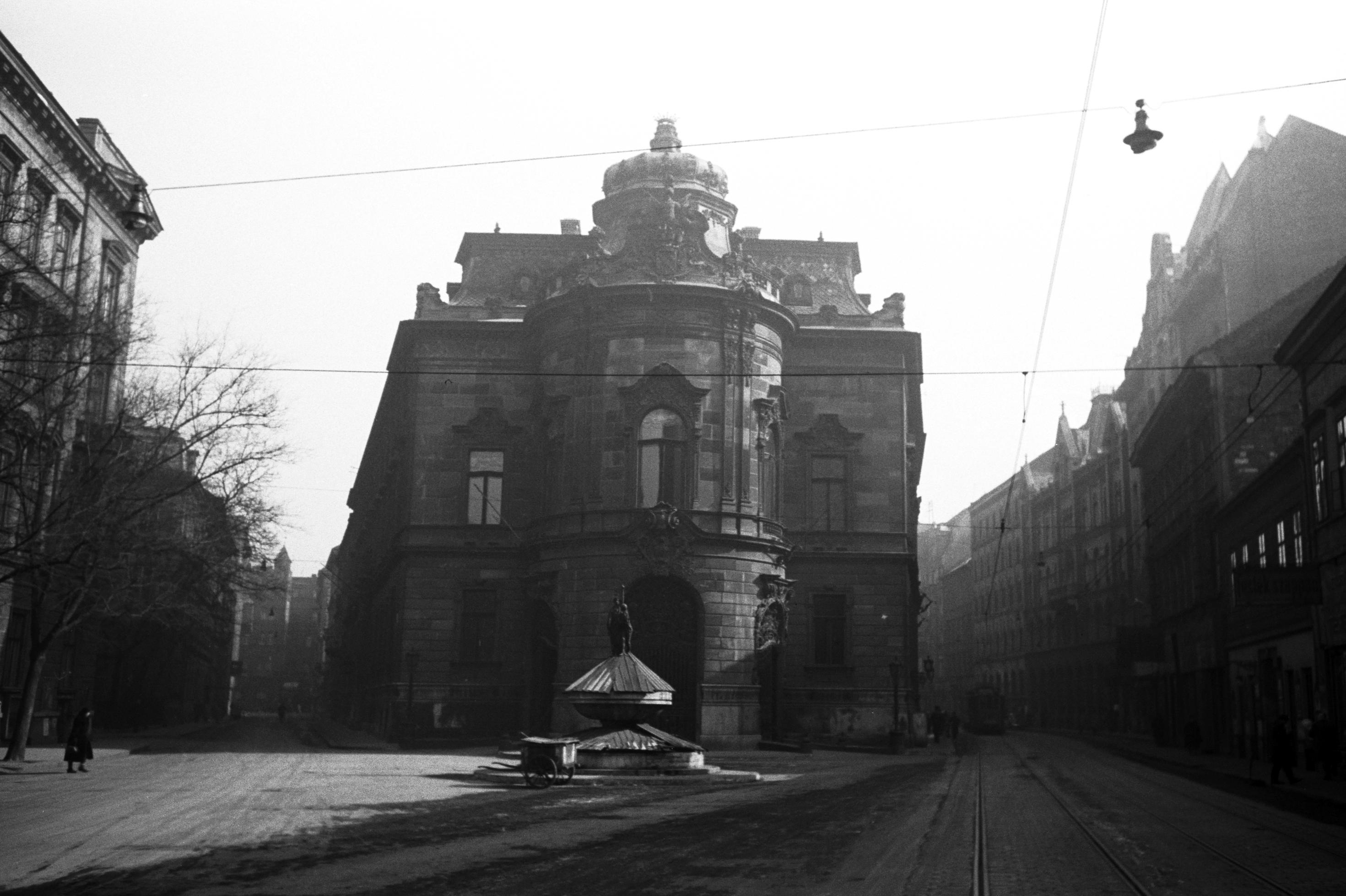Ma is hasonló látvánnyal fogad a Wenckheim-palota Budapesten. Mi működik benne?