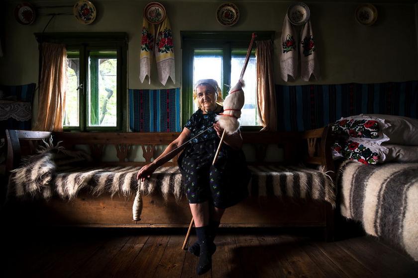 A falvakban élő idős hölgyek sok helyen még a mai napig a hagyományos szövési, fonási módszerekkel készítik ruháikat, ruhaboltokból szinte semmijük nincs.