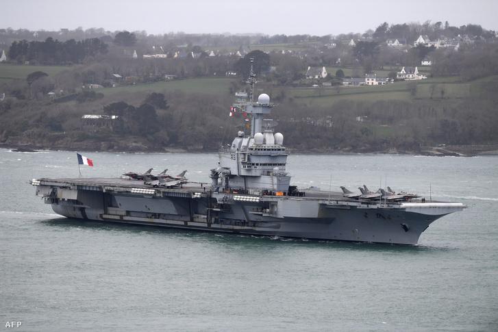 A Charles De Gaulle repülőgép-hordózó a bresti kikötőbe érkezik 2020. március 13-án.