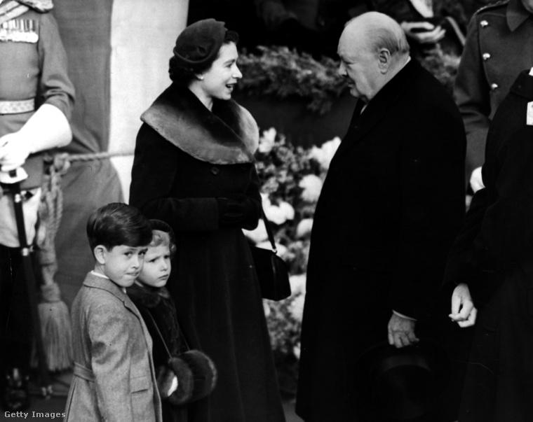 Winston Churhill pályája is érdekesen alakult: hiába vitte győzelemre hazáját Hitlerrel szemben, a második világháború utáni választásokat elvesztette. 1951-ben azonban ismét nyerni tudott, így ő volt II. Erzsébet uralkodásának első miniszterelnöke. (Az angol alkotmány szerint az angol uralkodó nevezi ki a miniszterelnököt, és elvileg ő, mármint a koronás fő gyakorolja a végrehajtói hatalmat is, ám ez a hatalom a valóságban névleges, a parlament hozza és hajtja végre a törvényeket, a királynő csak szentesíti őket.)