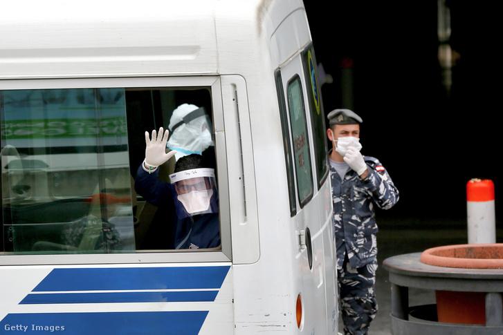 Egy libanoni állampolgár integet a buszról miután hazaérkeztek Szaúd-Arábiából 2020. április 5-én.