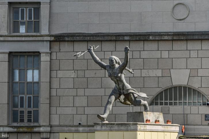 Vilt Tibor 1959-ben felállított Energia című szobra az erőmű előtt. A Tiszalöki Vízlépcső a Tisza szabályozásának során épült fel 1954-ben. A vízerőmű díszítésére a párkányára készült Vilt Tibor szobrászművész monumentális szobra ami utalva az épület funkciójára a vízből született elektromos áram szimbóluma.
