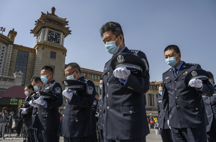 Három perces néma csenddel emlékeznek a rendőrök a koronavírus áldozataira Vuhanban 2020. április 4-én.