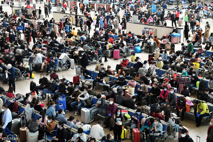 Utasok a vuhani Hankou vasútállomáson 2020. április 8-án.