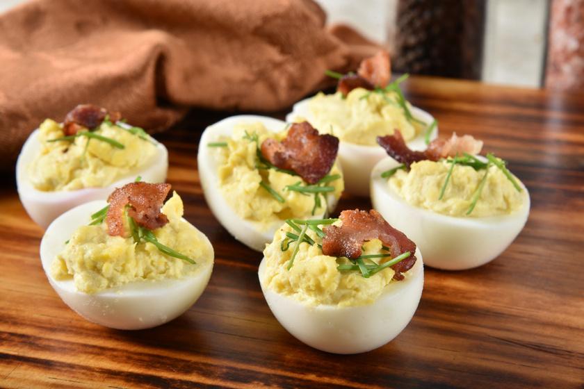 Baconös, sajtos töltött tojás: fantasztikus ünnepi előétel egyszerűen