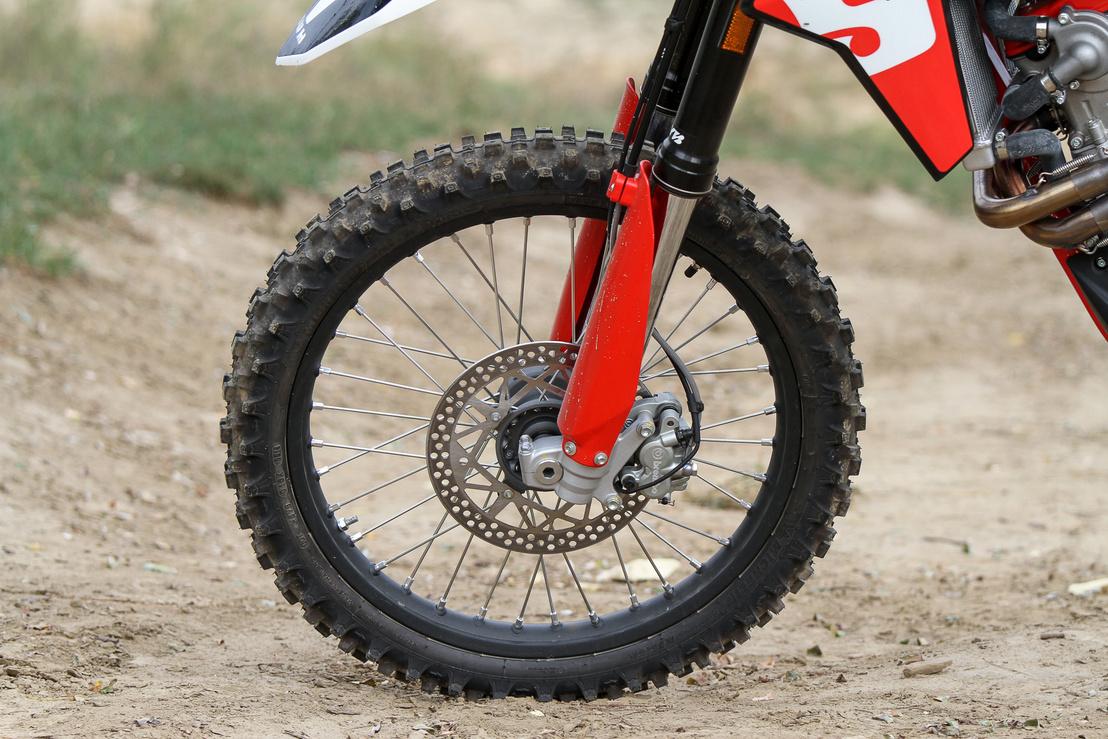 A KYB futómű és a Brembo fékek képességei jóval magasabbak annál, amit egy átlagos hobby-endurós ki tud meríteni
