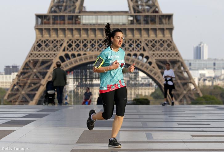 Futó a párizsi Eiffel-torony előtt április 7-én