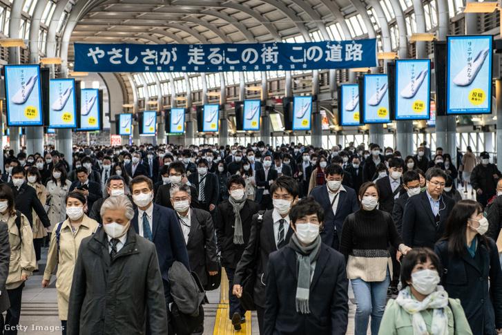 Ingázók a Shinagawa vasútállomáson Tokióban 2020. április 8-án.