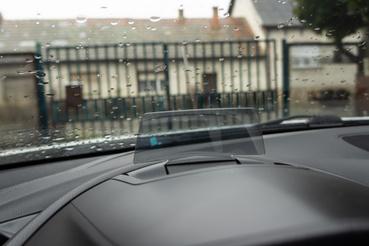 Olcsóbb változata ez a head up displaynek, de a GPS adatait ez is ki tudja vetíteni