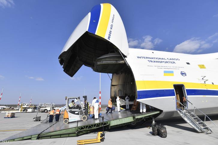 Kirakodják a Liszt Ferenc-repülõtéren az Antonov Airlines International Cargo Transporter ukrán légifuvarozó társaság teherszállító repülőgépéből a Kínából érkezett újabb egészségügyi védõfelszereléseket 2020. április 4-én.
