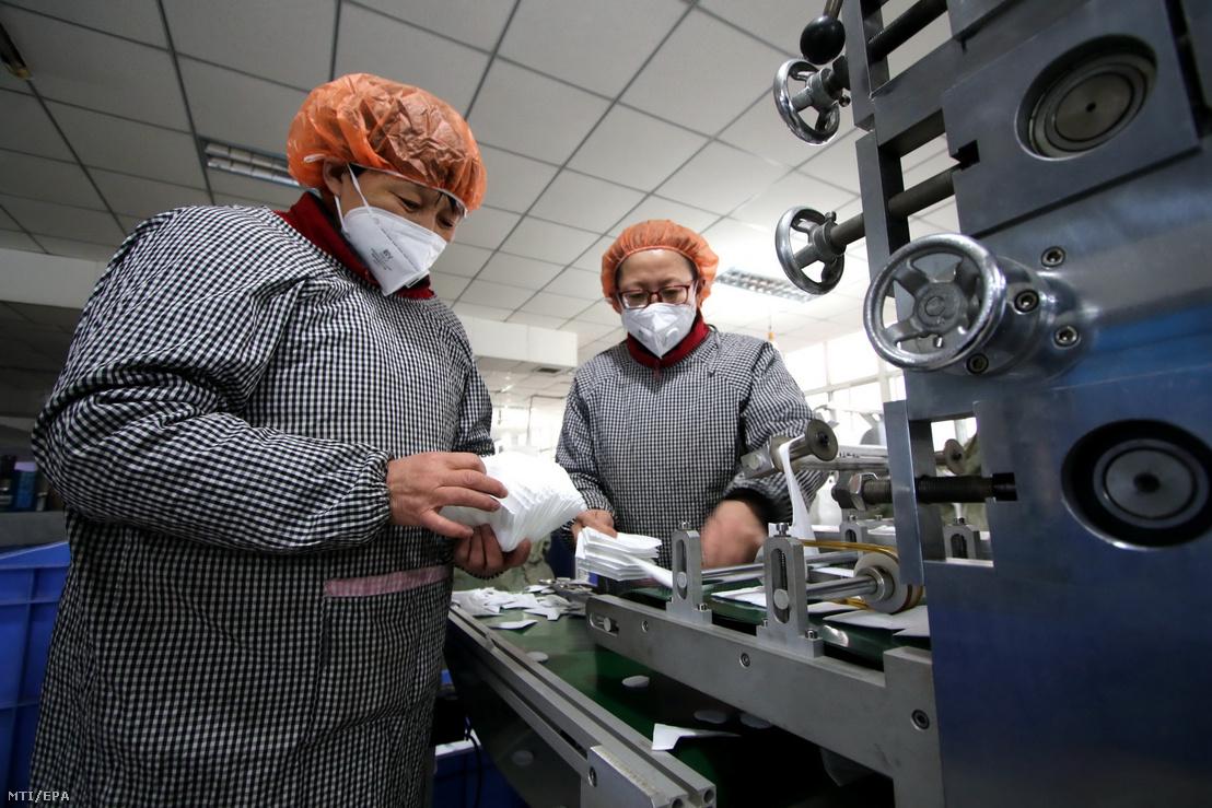 Védőmaszkot gyártó üzem munkásai a Hupej tartományban lévő Hantanban 2020. január 23-án