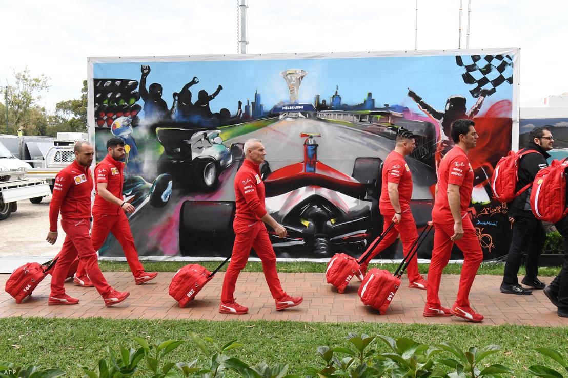 A Ferrari csapatának tagjai távoznak az Albert Parkból a nagydíj lefújása után