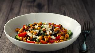 Könnyű, édesburgonyás és főételként is bevetheted: paprikás csicseriborsó-saláta